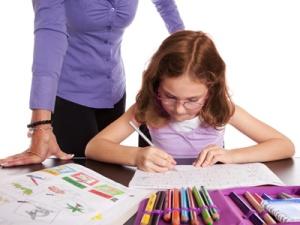 Kind bei den Schulaufgaben